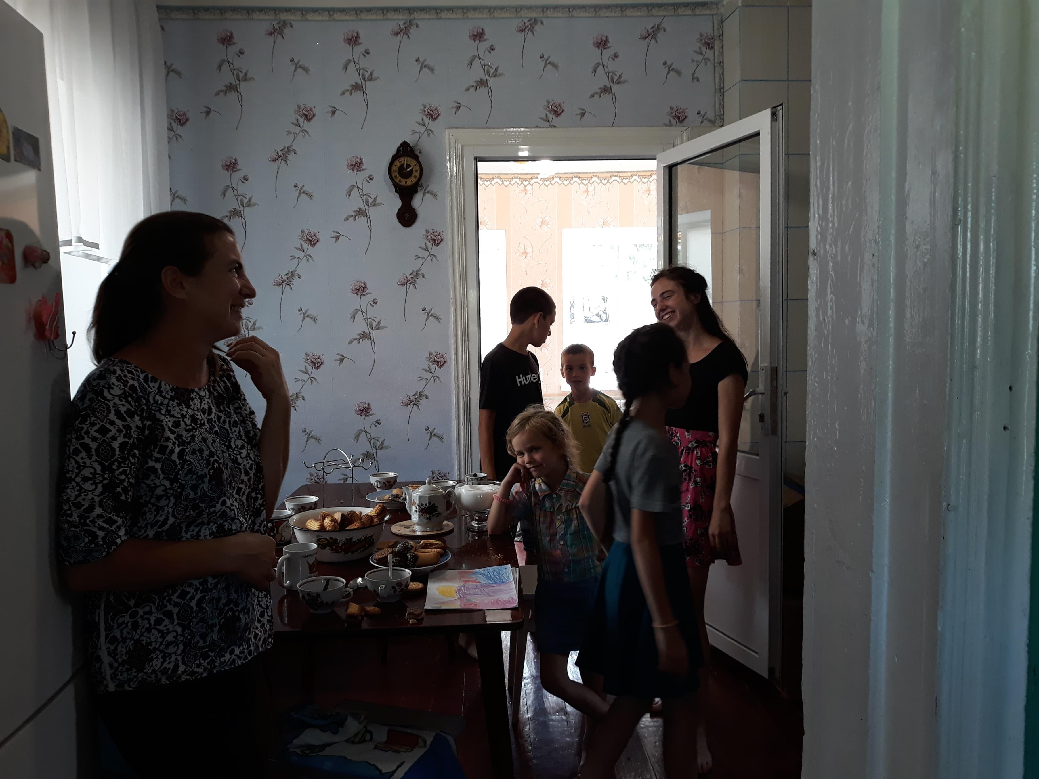 Волонтёры помогли купить дом семье переселенцев с 8 детьми