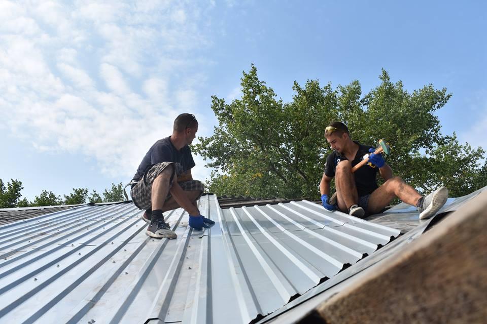 Волонтери  з Рівненщини відремонтували дахи церков на лінії фронту