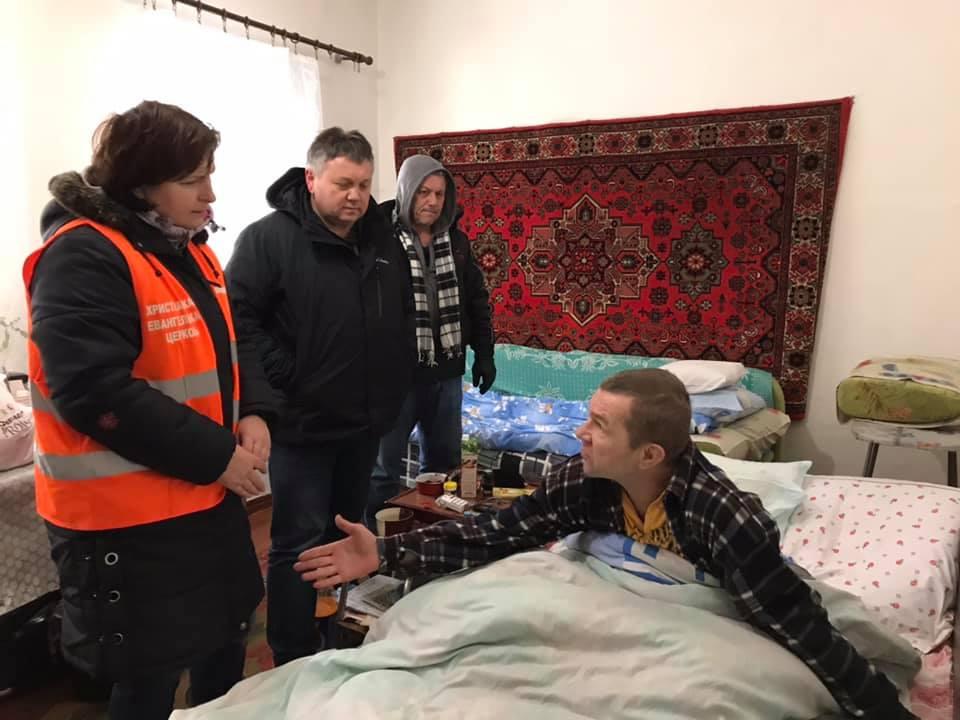 Волонтёры из Славянска развозят дрова жителям прифронтовых городов